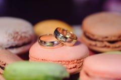 Guld- cirklar på Macaron Arkivfoto