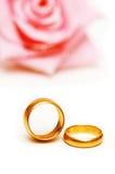 guld- cirklar två som gifta sig Royaltyfri Bild
