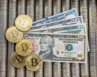 Guld- crypto myntbitcoin BTC, pappers- dollar oss Metallmynt läggas ut i en slät bakgrund till varandra, närbildsikten från Royaltyfri Bild