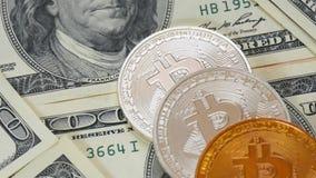Guld- Crypto-valuta bokoyn och dollar - 2 Nya pengar förflyttar det gammalt Blokchain - teknologin av framtiden lager videofilmer