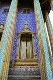 Guld- dörr med thailändsk stilkonst i storslagen slott Arkivbilder
