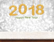 Guld 2018 3d som framför det lyckliga nya året som hänger över marmortabl Arkivfoton