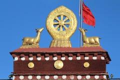 Guld- deers och hjulet av den buddha dharmaen-- Jokhang tempel Arkivbilder