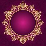 Guld- dekorativ ram på backgroun för pinkdamaskmodellinbjudan Royaltyfri Foto