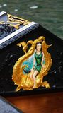 Guld- detalj av gondolen, Venedig, Italien royaltyfri bild