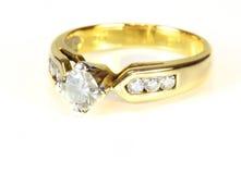Guld- diamantcirkel för bröllop Arkivbild