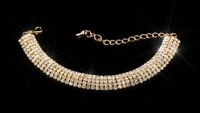 Guld- Diamond Bracelet på svart bakgrund Fotografering för Bildbyråer