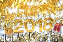 Guld- digital symbol 2018 3d med gåvaasken Arkivbild