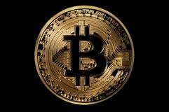 guld- digitalt mynt för bitcoinsymbol som isoleras på svart Royaltyfri Foto