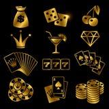 Guld- dobbleri, pokerkortspel, kasino, lyckavektorsymboler som isoleras på svart bakgrund stock illustrationer