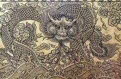 Guld- drake på dörren av det thai tempelet Royaltyfri Bild