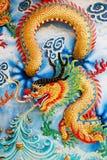 Guld- drake på den kinesiska tempelväggen Royaltyfri Fotografi