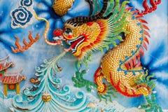Guld- drake på den kinesiska tempelväggen Fotografering för Bildbyråer