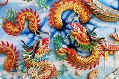 Guld- drake på den kinesiska tempelväggen Royaltyfri Bild