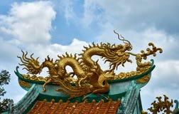 Guld- drake på en markis kinesiskt tempel Arkivbild