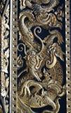 Guld- drake på tempelväggen Arkivbild