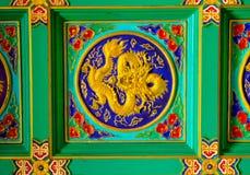 Guld- drakeskulptur på tak på den kinesiska templet, Bangkok, T Royaltyfri Fotografi