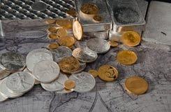 Guld- Eagle & silver Eagle Coins med silverstänger på översikt Fotografering för Bildbyråer