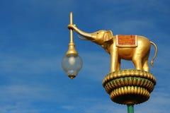 Guld- elefantlampa Arkivbild