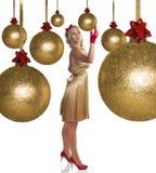 guld- elegant flicka för härlig klänning arkivfoto