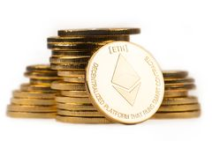 Guld- ethereum framme av en hög av guld- metalliska mynt på w Arkivbilder