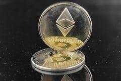 Guld- Etherium tecken på ett Bitcoin tecken Royaltyfria Foton