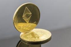 Guld- Etherium tecken på ett Bitcoin tecken Arkivfoton