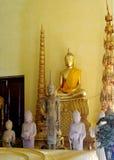 Guld--färgad buddha staty inom templet Arkivbild