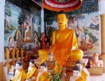 Guld--färgad buddha staty inom templet Royaltyfria Bilder
