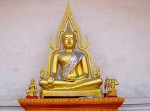 Guld-färgad Buddhastaty i buddistisk tempel Royaltyfri Bild