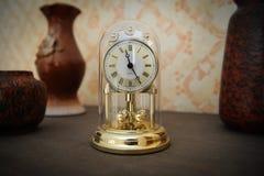 Guld-färgad hyllaklocka Royaltyfri Foto