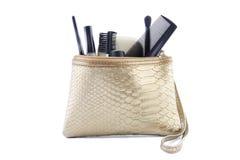 Guld färgad makeuppåse med smink royaltyfri bild