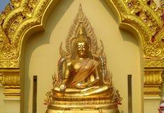 Guld- färgBuddhastaty i buddistisk tempel Arkivbild