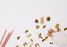 Guld- färgdekor och konfettier på den vita bakgrunden royaltyfria bilder