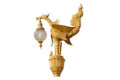 Guld- fågelstatylampa i tempelisolat på vit bakgrund Arkivbild