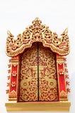 Guld- fönster i templet Thailand Arkivbild