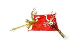 Guld för det nya året sträcker på halsen på den röda kudden royaltyfri bild