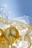guld för jul för bakgrundsbaubles blå Arkivfoton