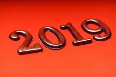Guld 2019 för mall för hälsningkortdesign på röd bokstäver Royaltyfri Bild