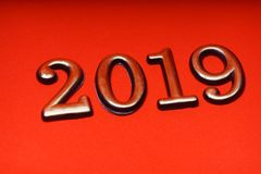 Guld 2019 för mall för hälsningkortdesign på röd bokstäver Royaltyfria Foton