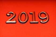 Guld 2019 för mall för hälsningkortdesign på röd bokstäver Royaltyfri Fotografi