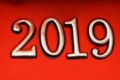 Guld 2019 för mall för hälsningkortdesign på röd bokstäver Arkivfoton