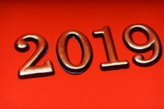 Guld 2019 för mall för hälsningkortdesign på röd bokstäver Arkivbilder