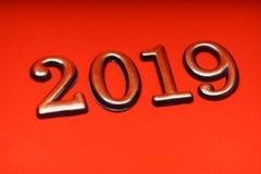 Guld 2019 för mall för hälsningkortdesign på röd bokstäver Royaltyfria Bilder