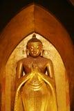 Guld förgyllde statyer i den Ananda templet, Bagan, Myanmar Arkivbild