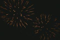 Guld- festliga fyrverkerier f?r n?rbild p? en svart bakgrund Abstrakt feriebakgrund royaltyfria foton