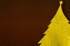 Guld- fiberjulgran med pappers- bakgrund för mörk brunt Arkivbild