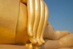 Guld- finger av den stora buddha statyn arkivbilder