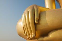 Guld- finger av den stora buddha statyn royaltyfri foto