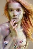 guld- flicka Den härliga unga kvinnan med mousserar royaltyfri fotografi